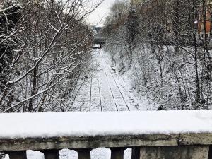 voie ferre desaffectee à Paris. rando sous la neige
